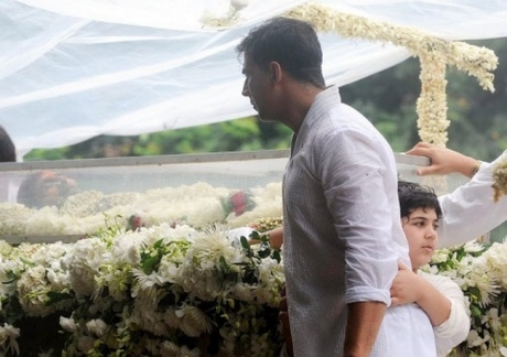 Grandson Aarav lights Rajesh Khanna's pyre