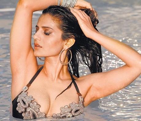 HOT! Ameesha to don bikini in Race 2!