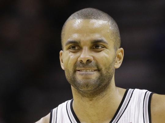 Parker scores 32 as Spurs beat Raptors