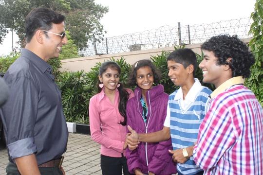 Akshay Kumar meets child actors of 72 Miles – Ek Pravas