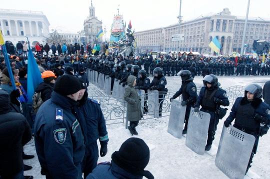 Ukrainian Police Storm Kiev's Independence Square