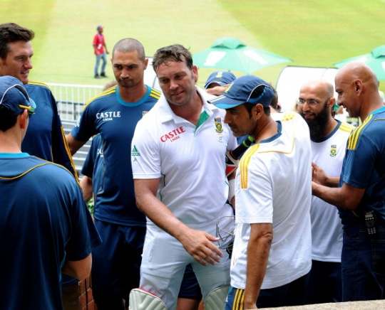 Jacques Kallis is welcomed by his teammates as he walks back in his final Test. (Getty Images)
