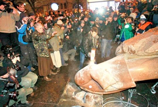 Ukraine Protesters Throng Kiev, Topple Lenin Statue