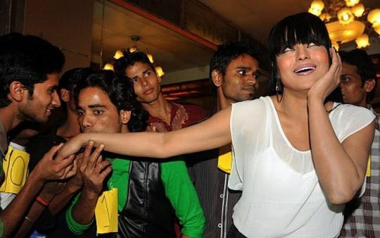 World Record! Veena Malik Kissed by 100 Men in 1 Min
