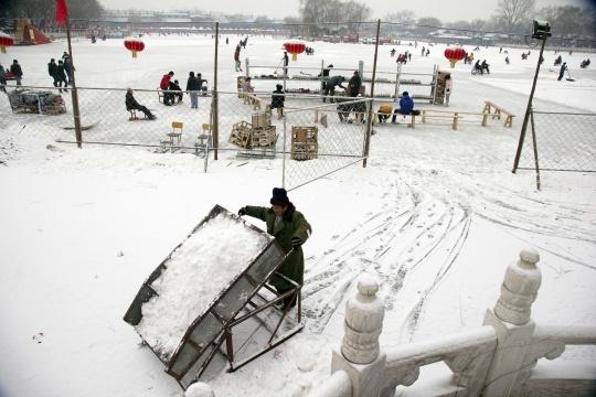 Snow Disrupts Flights; Blocks Roads in China