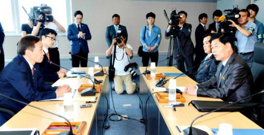 Two Koreas Start Fresh Talks