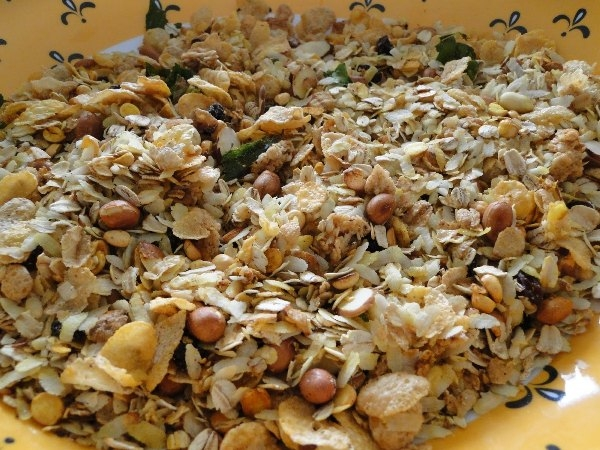 Healthy Snack Recipe: Oats And Poha Chivda