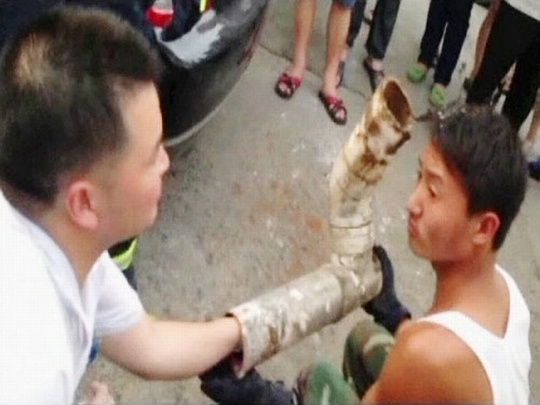 China newborn rescued from toilet pipe