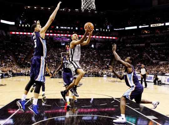 Spurs Thump Grizzlies in Series Opener