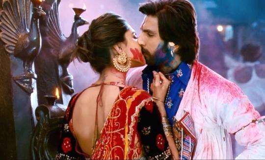 Deepika Padukone & Ranbir Kapoor kiss
