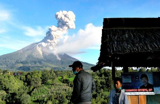 18,000 Indonesians Flee Erupting Volcano