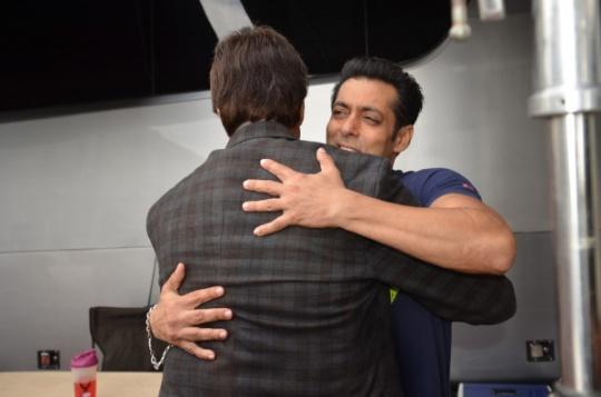 Amitabh Bachchan and Salman Khan hug