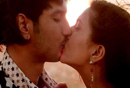 Sushant Singh Rajput kissing Vaani Kapoor in Shuddh Desi Romance
