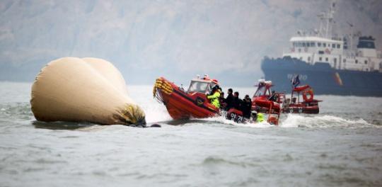 South Korea Ferry: Divers Renew Search