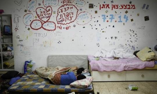 ISRAELIS SEEKS SAFETY OF PUBLIC SHELTER