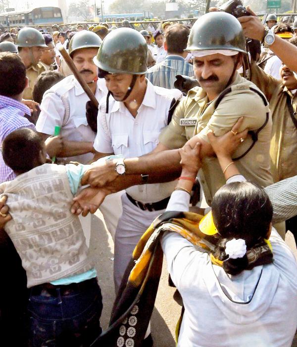 Kolkata police beating protesters