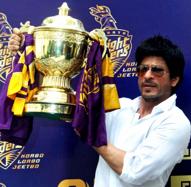 Shah Rukh Khan with the IPL trophy.