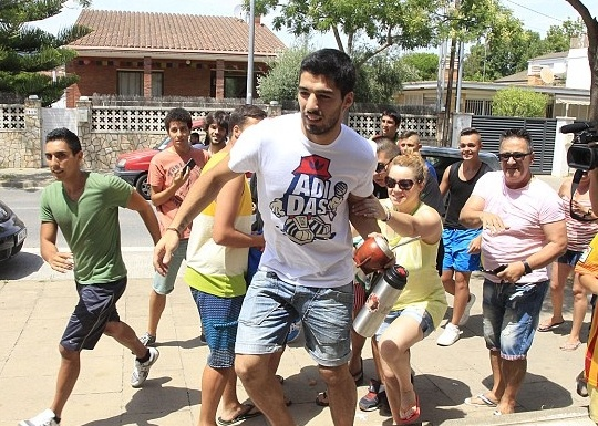 Suarez Mobbed By Fans In Barcelona