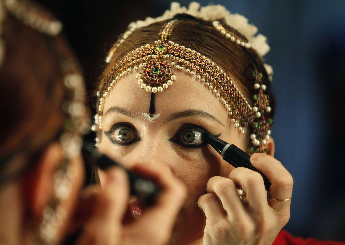 A woman applies kaajal