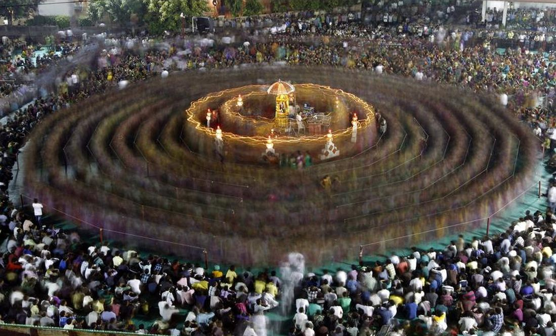 Devotees performing Garba