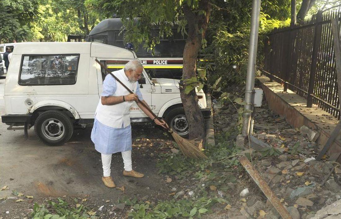 Narendra Modi cleans the premises of the Mandir Marg Police Station
