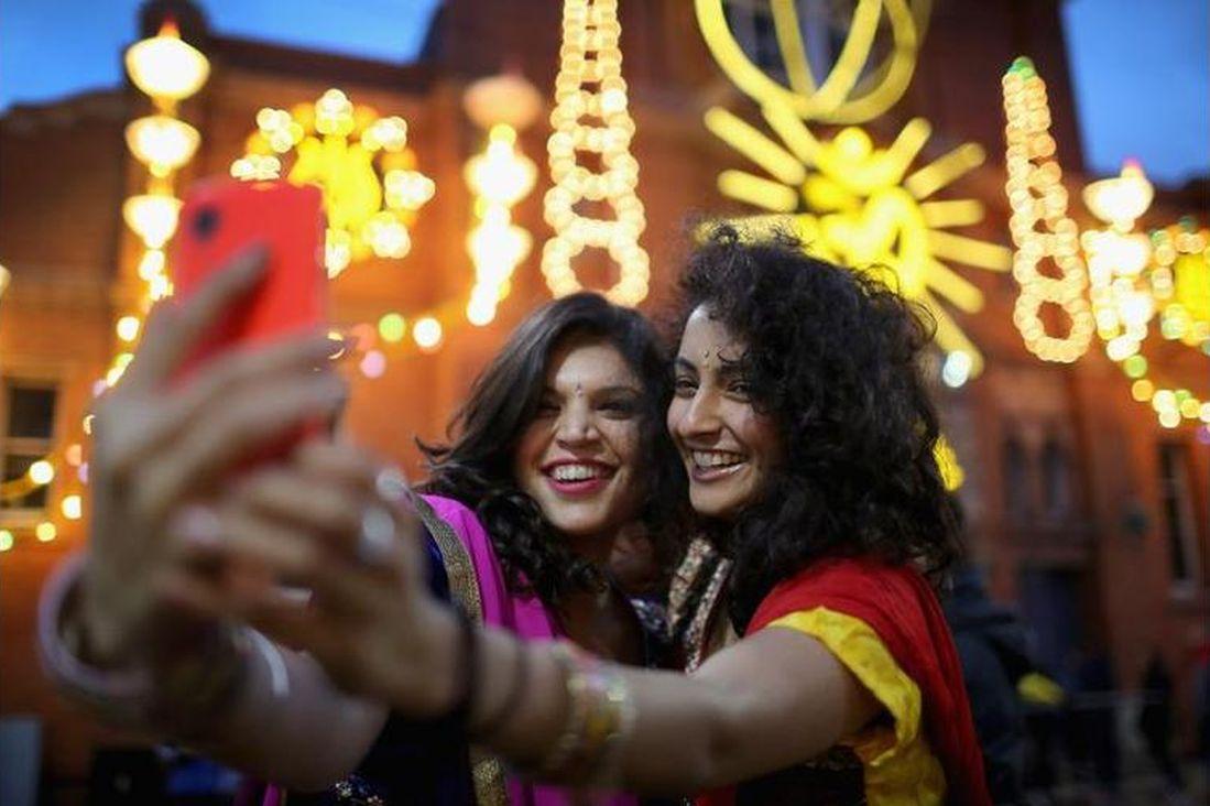 girls clicking selfies