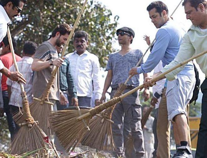 Salman Khan taking part in Swachh Bharat campaign