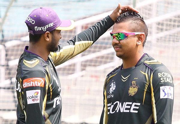 Shakib Al Hasan checking out Sunil Narine's hairstyle suring KKR's training