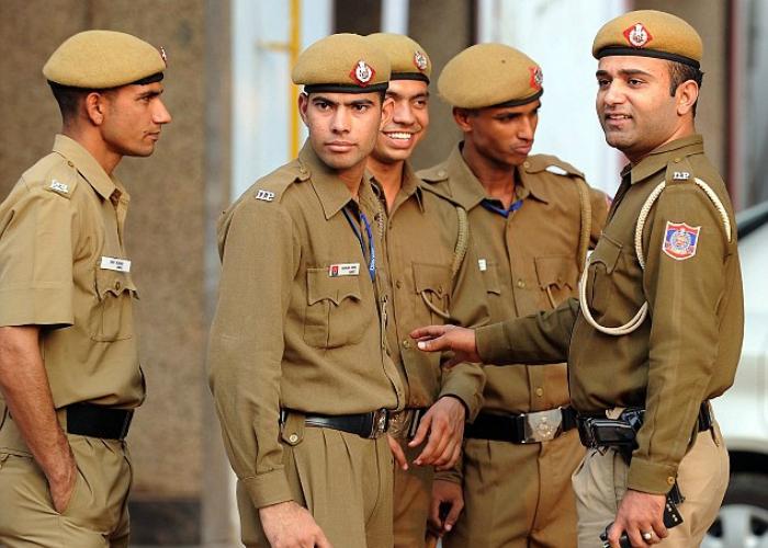 delhi police rushes to help metro victim