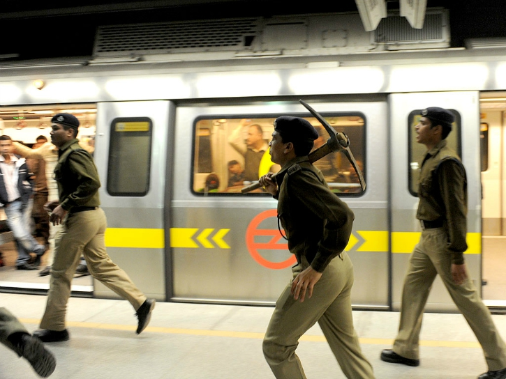 delhi metro copsrush to save victim