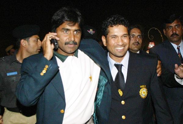 Sachin Tendulkar with Pakistan coach Javed Miandad