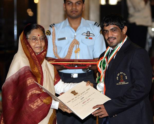 Sushil receiving Rajiv Gandhi Khel Ratna