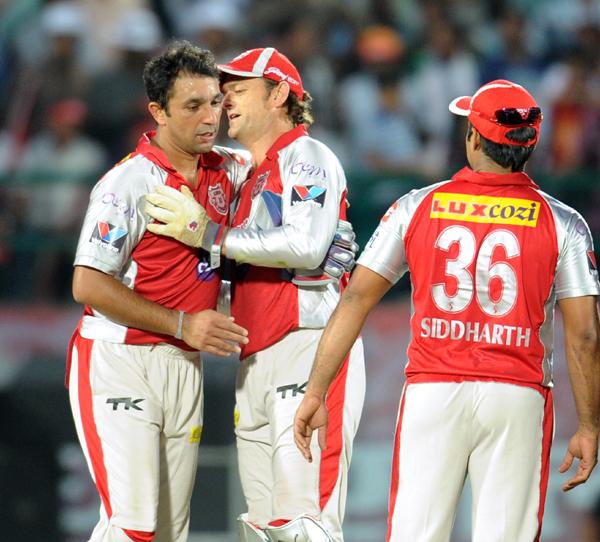 Gilchrist greets Azhar Mahmood during IPL