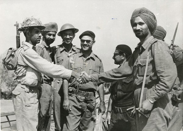 Indian and Pakistani soldiers shaking hands