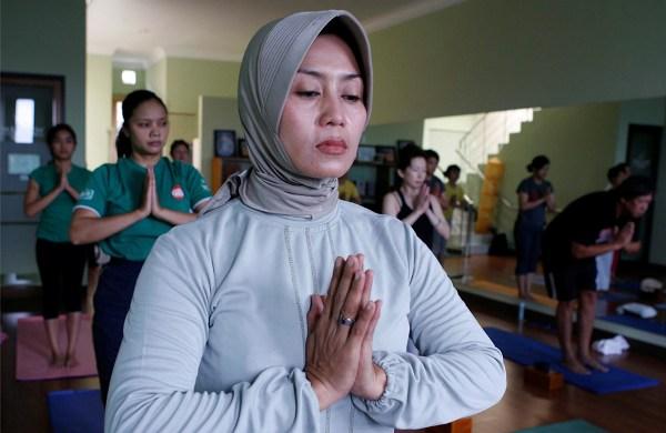 muslim woman does yoga