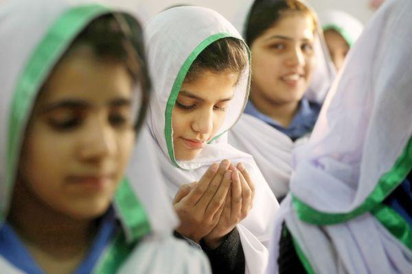 girls praying peshawar