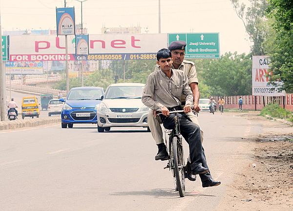 vyapam whisteblower on cycle