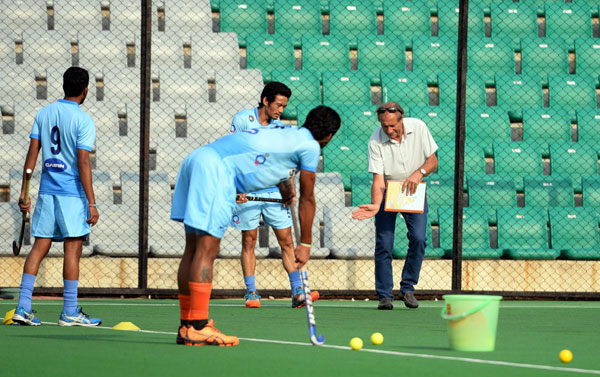 Roelant Oltmans with the Indian team