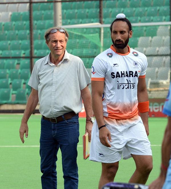 Roelant Oltmans with Sardar Singh