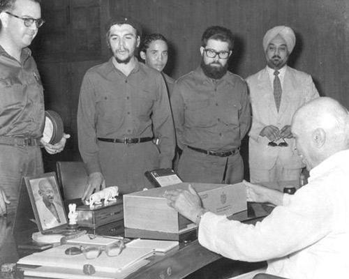 Che Guevara gifts Jawaharlal Nehru a box of Cuban cigars