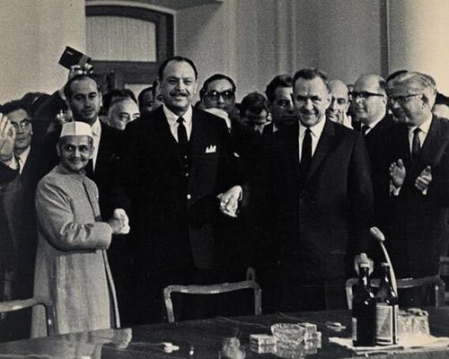 Shashtri and Ayub Khan signs Tahkent treaty. Also present is Zulfikar Ali Bhutto