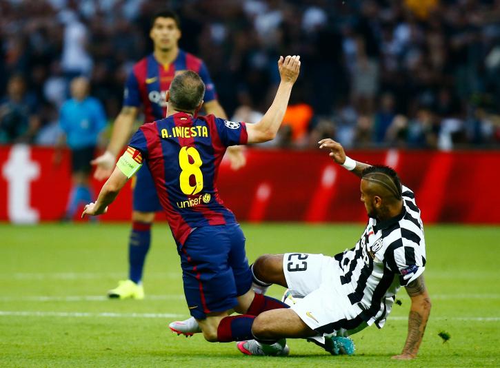 Arturo Vidal fouls Iniesta