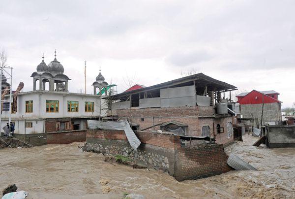 Rising waterlevel in Srinagar neighbourhood