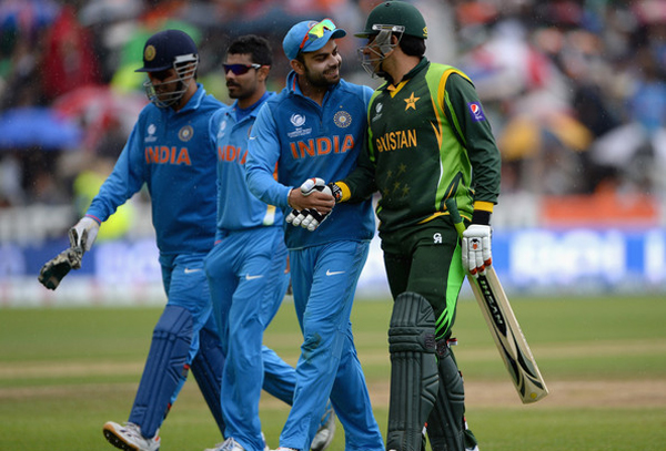 Dhoni and players celebrate