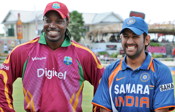 Dhoni and Gayle pose before the toss