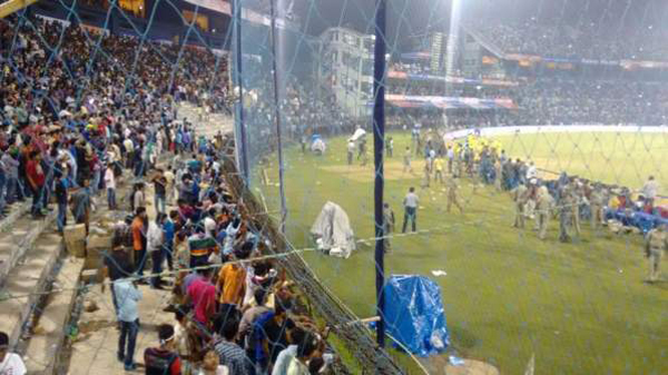 Unruly crowd behaviour by Cuttack crowd