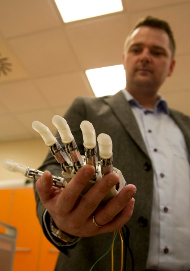 Prosthetic hand that feels touch