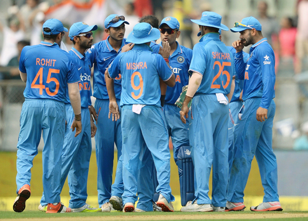 Players listen in to Dhoni