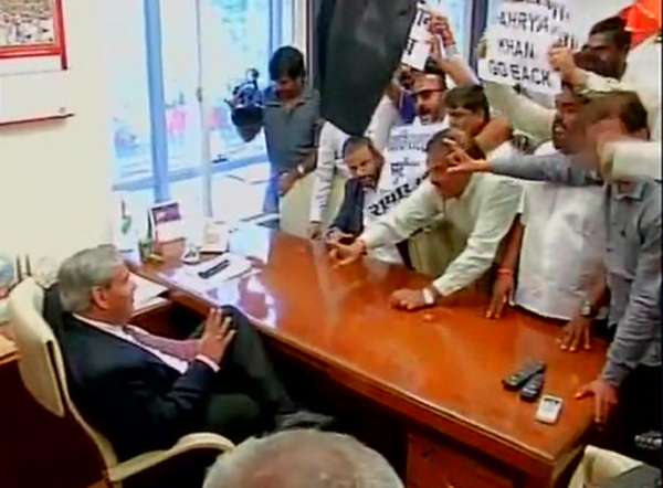 Manohar gheraoed by protesters