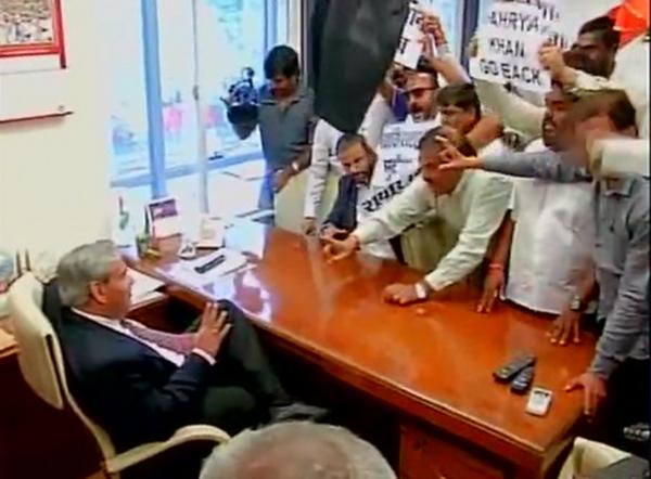 Shiv Sena protesters storm into BCCI president Shashank Manohar